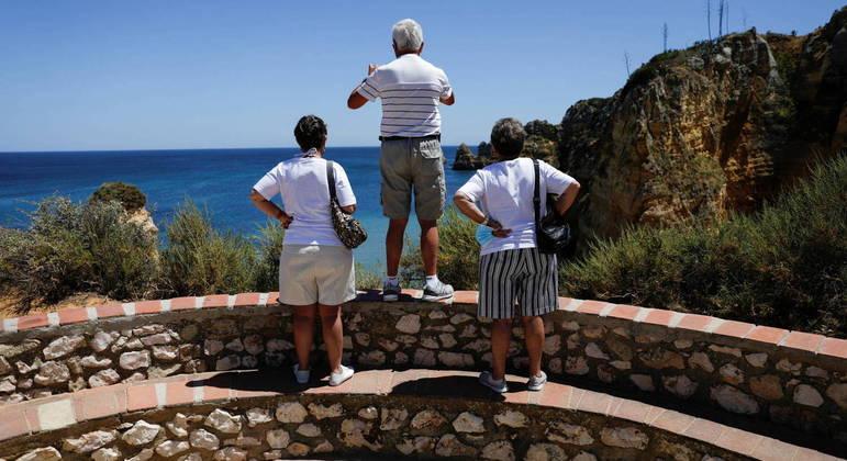 Turistas ingleses estão viajando para litoral português