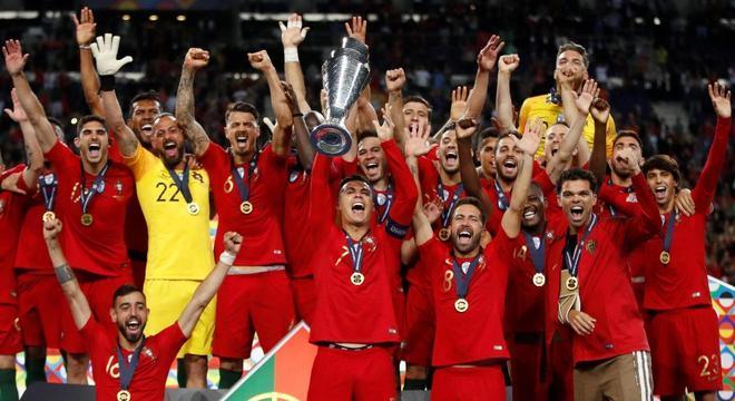 A seleção de Portugal, detentora do troféu