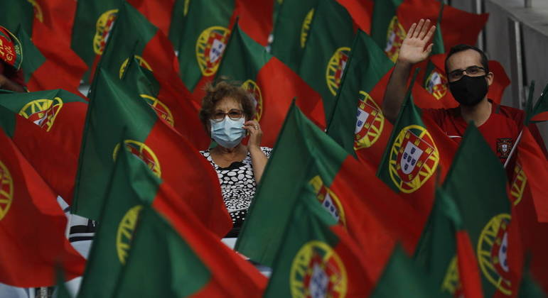 Com alta taxa de vacinação, Portugal vai relaxar uso de máscaras ao ar livre