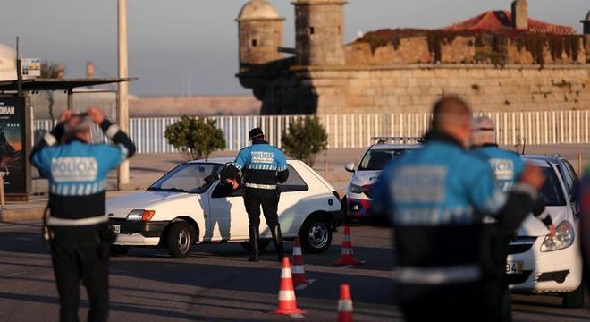 Polícia faz controle de pessoas perto do Castelo do Queijo, próximo a Porto