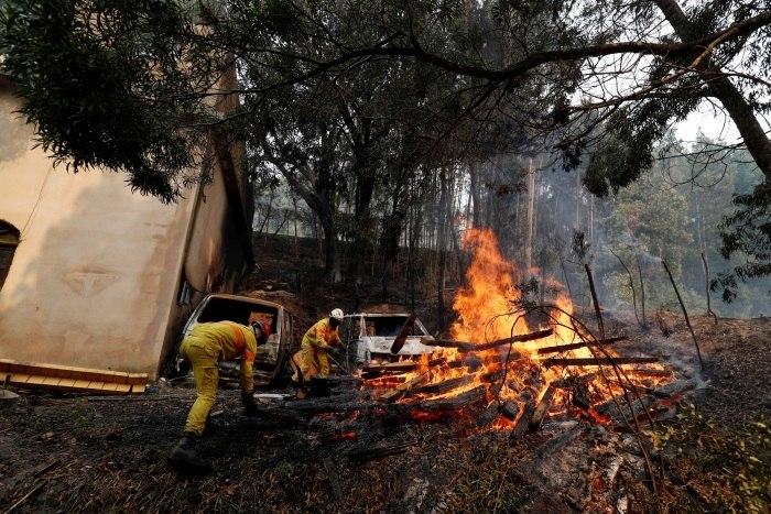 Incêndio florestal ao sul de Portugal deixa 25 feridos