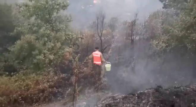 Bombeiro voluntário trabalhando em foco de incêndio em Oleiros, Portugal