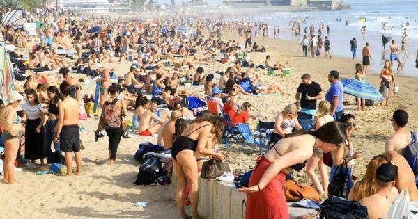 Coronavírus: portugueses esvaziam prateleiras e lotam praia