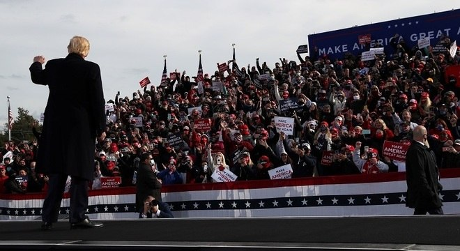 Donald Trump em comício em Londonderry, New Hampshire, neste domingo (25)