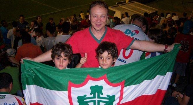 Com os filhos Pedro e Yuri, num prélio da sua Lusa
