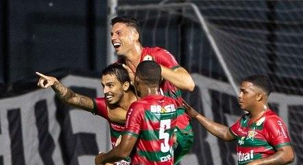 Jogadores comemoram gol no Carioca