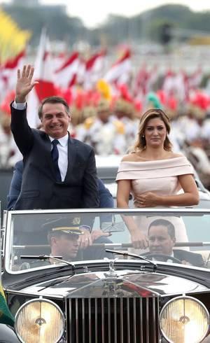 Jair Bolsonaro optou pelo carro aberto para o cortejo