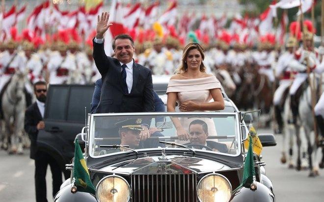 Jair Bolsonaro desfila em carro aberto até o Congresso Nacional para assinatura do termo de posse como Presidente da República