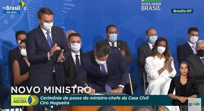 O novo ministro da Casa Civil, Ciro Nogueira, assina termo de posse, durante cerimônia
