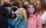 Jill Biden, a nova primeira dama dos EUA, apareceu vestindo um conjunto azul da estilista norte-americana Alexandra O'Neill. Máscara e luvas acompanharam o visual