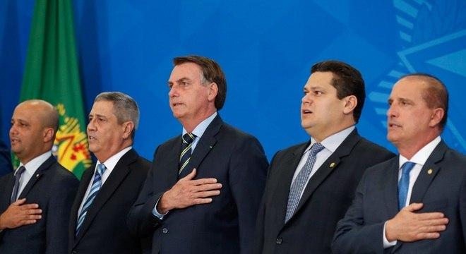Bolsonaro ao lado de autoridades em Brasília nesta terça (18)