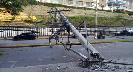 Poste ficou caído na avenida Raja Gabaglia