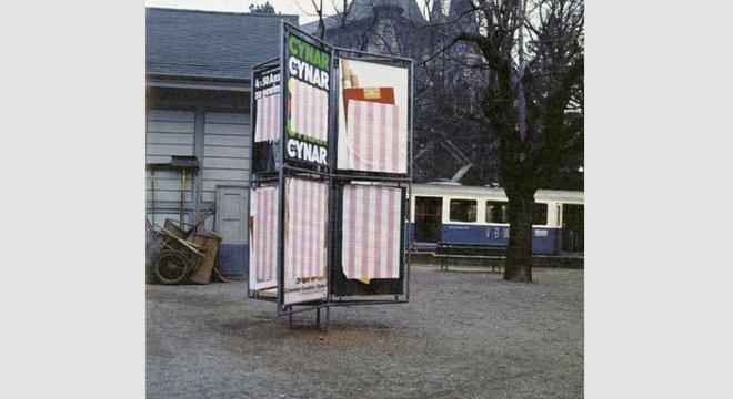 Daniel Buren cobriu Bern de pôsteres quando não foi convidado para uma exposição (Crédito: Photos-souvenirs: Daniel Buren, March 1969, Bern. Détails. © DB-ADAGP Paris)