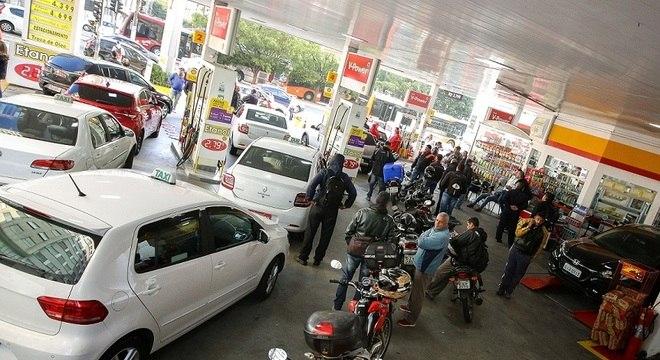 Consumidores formam fila em posto de combustível no centro de São Paulo