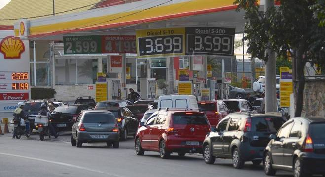 Postos de gasolina ficaram com filas de horas em meio à crise