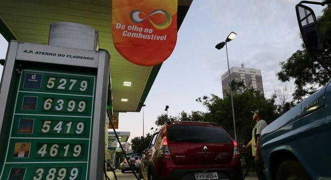 Apesar de alta na refinaria, preço da gasolina segue em queda nos postos