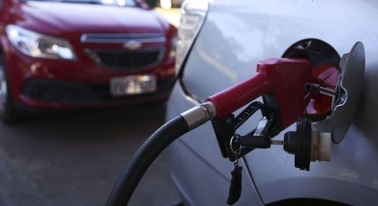 Preço médio da gasolina teve queda na última quinzena no país