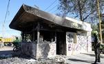 Na noite desta quarta-feira (9), ao menos 7 jovens morreram durante protestos em Bogotá, na Colômbia. As manifestações foram motivadas pela morte do advogado Javier Ordoñez, de 44 anos, durante uma abordagem policial que foi gravada, e mostra o homem imobilizado por agentes recebendo disparo da arma taser por vários minutos. Postos policiais e ônibus foram queimados