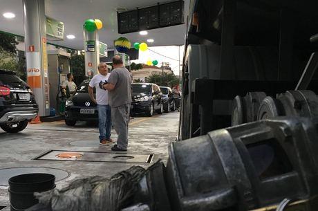 Posto recebe combustível na zona oeste e decide manter preços