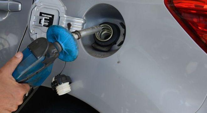 Em SP, fiscais do estado e do Ipem fiscalizam postos de combustíveis