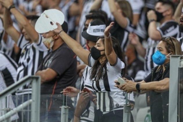 Poucas pessoas respeitaram o protocolo de segurança sanitária contra a Covid-19, usando máscaras dentro do estádio