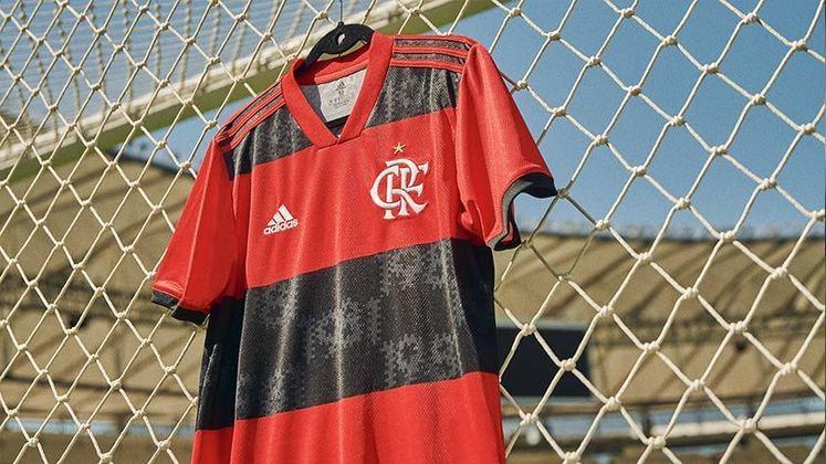 Poucos minutos após o Flamengo conquistar o Brasileirão 2020, a Adidas lançou a nova camisa titular do Rubro-Negro, que faz homenagem aos 40 anos do esquadrão de 1981. A camisa incorpora elementos do uniforme usado em 81. Jogadores da geração de 81 participaram das fotos do lançamento. O uniforme estará à venda a partir desta sexta-feira (26), pelos valores de R$ 279,99 nas versões feminina e masculina; e R$ 229,99 o modelo infantil. Veja imagens da camisa!