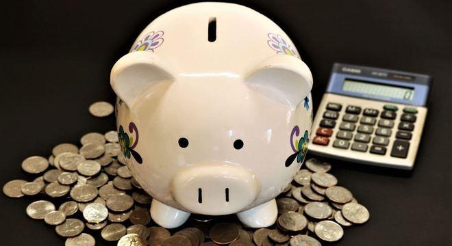 Especialistas recomendam que mesmo com dívida, é preciso guardar dinheiro