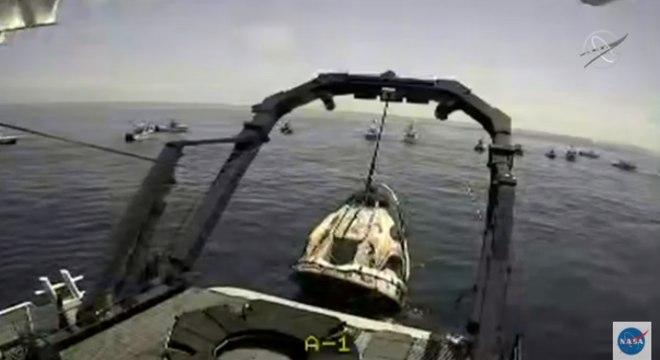 Equipes da Nasa e da SpaceX fizeram o resgate da capsula no mar