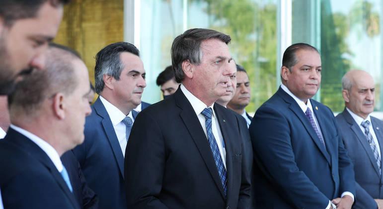 Bolsonaro em setembro de 2020 cercado por políticos e militares