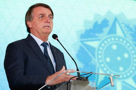 Bolsonaro assina MP que libera R$ 20 bi para vacinas