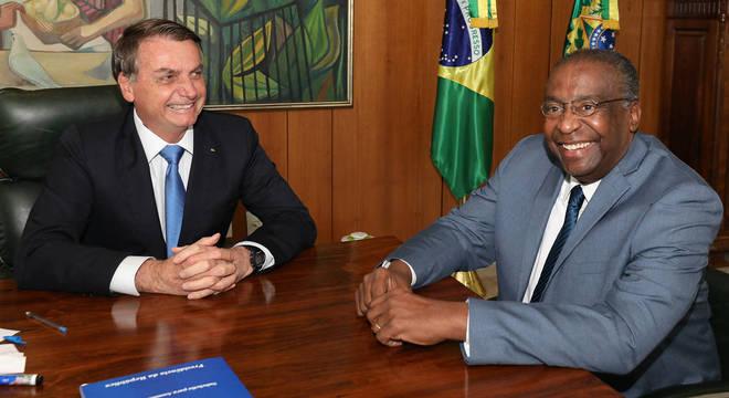 Presidente Jair Bolsonaro ao lado do novo ministro da Educação, Carlos Decotelli