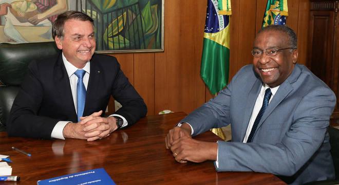 Bolsonaro defendeu Carlos Decotelli em post numa rede social