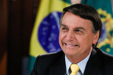 Desempenho pessoal de Bolsonaro é aprovado por 52%