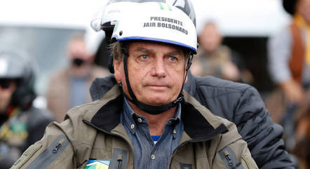 """Bolsonaro vê Brasil """"na linha de Cuba"""" sem voto impresso"""