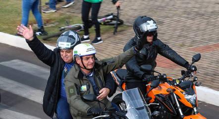 Bolsonaro faz terceiro passeio de moto, agora em SC