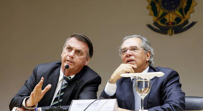 Jair Bolsonaro ao lado do ministro Paulo Guedes (Economia)