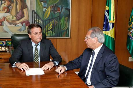 Bolsonaro e Guedes durante assinatura de decreto