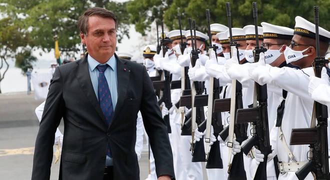 Bolsonaro durante revista à tropa na formatura do curso para promoção a sargento
