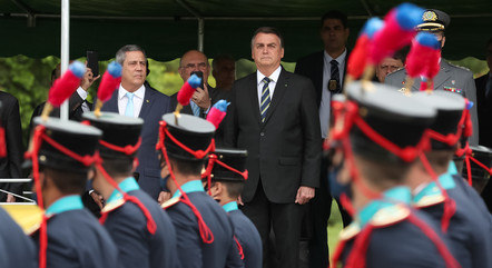 Bolsonaro em cerimônia com militares em Rezende