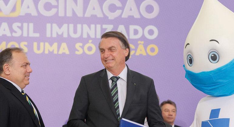 O presidente Jair Bolsonaro e o ministro da Saúde, Eduardo Pazuello, no lançamento do plano