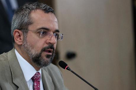 Senador pede prisão, afastamento e apreensão de celulares de Weintraub