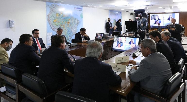Presidente Bolsonaro e equipe em reunião por vídeo com executivos da Pfizer, na última segunda-feira