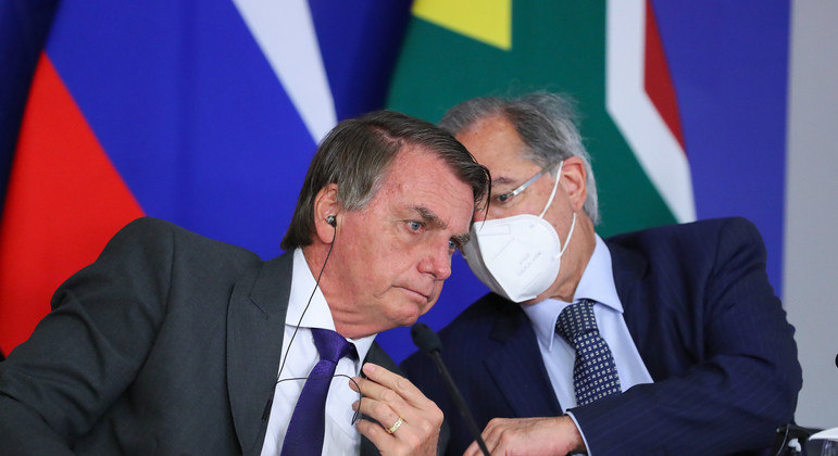 O presidente Jair Bolsonaro e o ministro Paulo Guedes durante videoconferência da XIII Cúpula do Brics