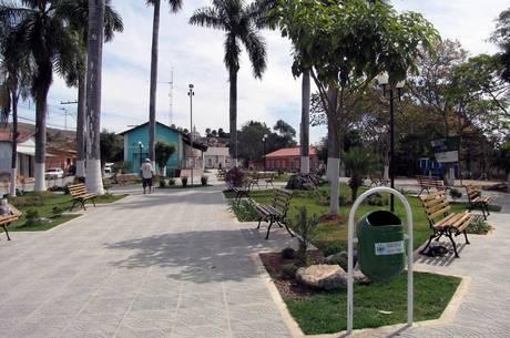 Praça central em Serra da Saudade, menor cidade do Brasil