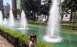 A pequena Ana Clara Alves posou em frente às famosas fontes da praça