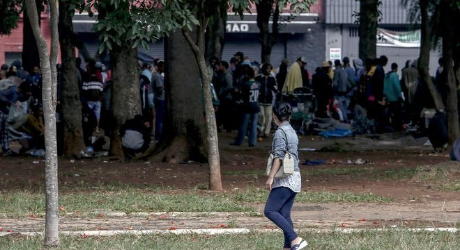 Usuários de drogas se reúnem para fumar crack na região conhecida como cracolândia, em São Paulo