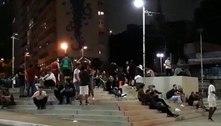 Praça Roosevelt tem aglomeração e pessoas sem máscara neste sábado