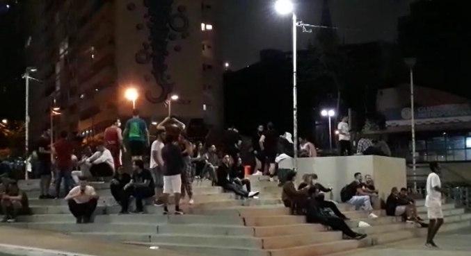 Jovens se aglomeram em praça no centro de São Paulo (SP)