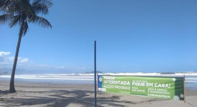 Prefeitura de Bertioga instalou faixas nas praias com advertências aos veranistas