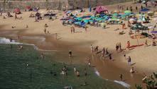 Com menos restrições, praias ficam lotadas no 1º dia do feriadão em SP